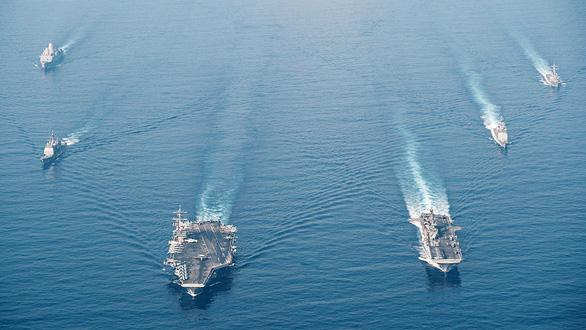 Tàu tấn công đổ bộ USS Makin Island và tàu sân bay USS Theodore Roosevelt của Mỹ ở Biển Đông ngày 9-4 - Ảnh: Hải quân Mỹ