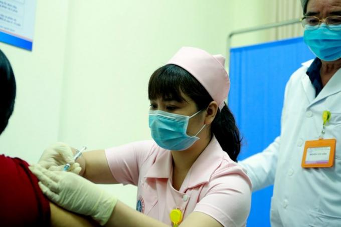 Hôm nay 6 tình nguyện viên tiêm thử nghiệm mũi 2 vaccine COVIVAC