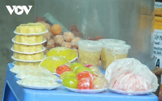 Nhìn chung, thị trường phục vụ Tết Hàn thực năm nay rất đa dạng. Ngoài bánh chay, bánh trôi, trên thị trường còn xuất hiện loại bánh trôi hiện đại như bánh nhân trứng muối bánh nhân socola, bánh tạo hình ngộ nghĩnh...Dù vậy sản phẩm bánh trôi, bánh chay theo phong cách truyền thống vẫn được người tiêu dùng ưa chuộng hơn cả.