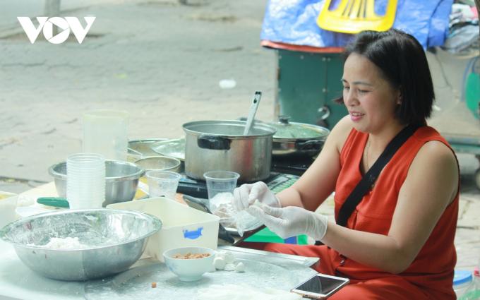 Theo khảo sát của PV, tại các chợ trên địa bàn Hà Nội như chợ Nhổn, chợ Xanh, chợ Nghĩa Tân,... các tiểu thương đã bày bán rất nhiều nguyên liệu phục vụ cho người dân. Ngoài ra, ở các chợ cóc, các hàng quán vỉa hè cũng có nhiều điểm bán bột và bánh trôi.
