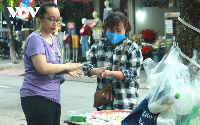 Chị Nguyễn Thanh Hương, một người làm bánh trôi, bánh chay lâu năm ở chợ Nghĩa Tân chia sẻ: