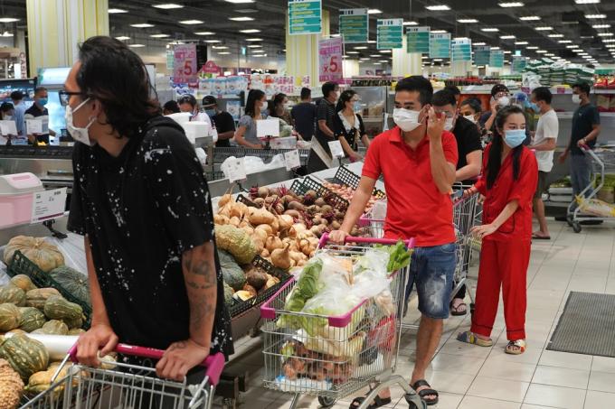 Trước giờ phong tỏa, người dân thủ đô Phnom Penh đổ xô đi mua đồ tích trữ