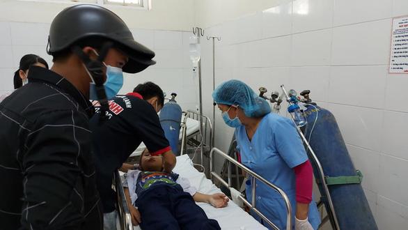 Học sinh ngộ độc được đưa đi cấp cứu ở Bệnh viện Đa khoa Hòa Vang - Ảnh: T.X