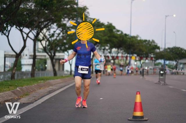 Hình ảnh nam VĐV Phong Trần xuất hiện trên đường đua 42,195km.