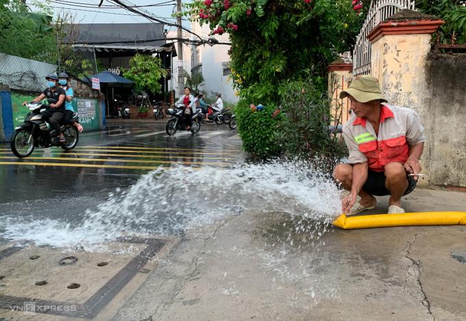 Người dânsử dụng chung máy bơm để hút nước ra ngoài.