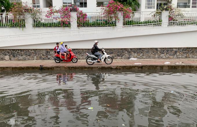 Nhiều đường khác ở TP Thủ Đức như Hồ Văn Tư, Dương Văn Cam, Linh Đông, Lê Văn Việt... và các con hẻm đều bị ngập cục bộ.