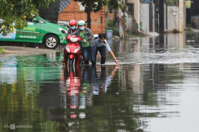 Trên đường 30, phường Linh Đông, khoảng 500 m con lộ nước ngập sâu khiến nhiều xe chết máy