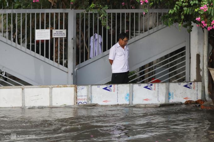 Mưa lớn ở Sài Gòn khiến cây đổ, nhà ngập nước
