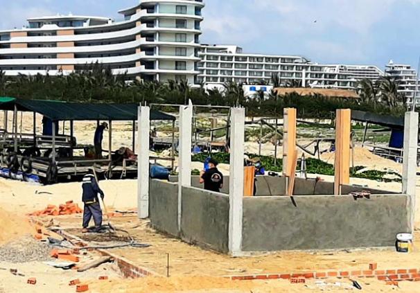 Công trình xây dựng không phép trên bãi biển thôn Lý Hưng. ẢNH: MINH LÊ