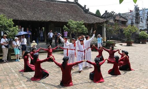 Trình diễn hát Xoan tại đình Hùng Lô. (Nguồn: baophutho.vn)