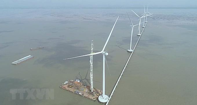 Lắp đặt cánh quạt trụ điện tại Dự án điện Gió Đông Hải 1 (huyện Đông Hải-Bạc Liêu). (Nguồn: TTXVN)