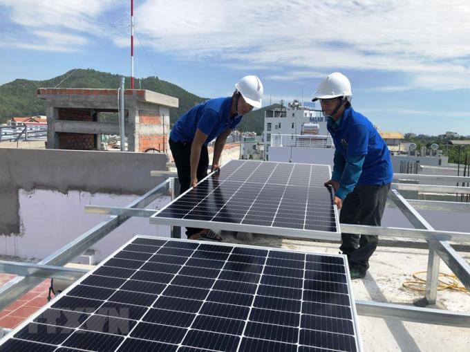 Lắp đặt hệ thống điện Mặt Trời cho hộ dân ở thành phố Quy Nhơn, tỉnh Bình Định. (Nguồn: TTXVN)