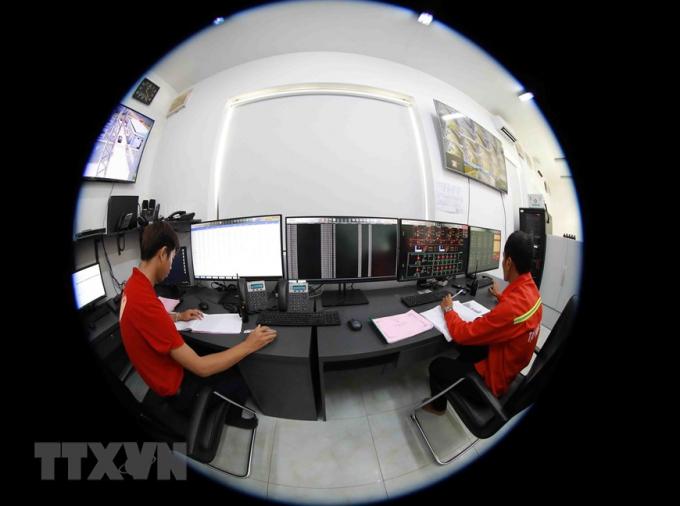 Các kỹ sư giám sát, theo dõi vận hành nhà máy điện Mặt Trời Sao Mai-An Giang tại phòng điều khiển trung tâm. (Nguồn: TTXVN)