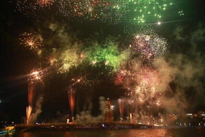 Màn pháo hoa kéo dài trong khoảng 15 phút. Ban tổ chức bố trí hơn 8.500 quả pháo hoa, trong đó 7.500 quả tầm thấp, 1.000 quả tầm cao.