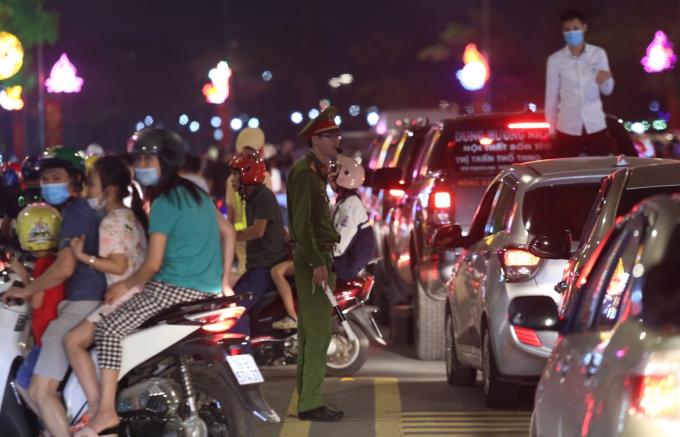 Hàng trăm chiến sĩ cảnh sát được huy động đứng dọc tuyến đường Nguyễn Tất Thành để phân luồng giao thông.