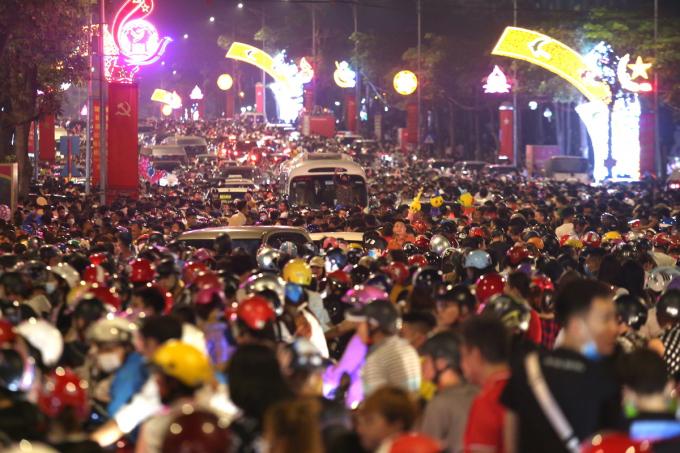 Hàng nghìn người chen lấn để xem pháo hoa ngày lễ giỗ Tổ