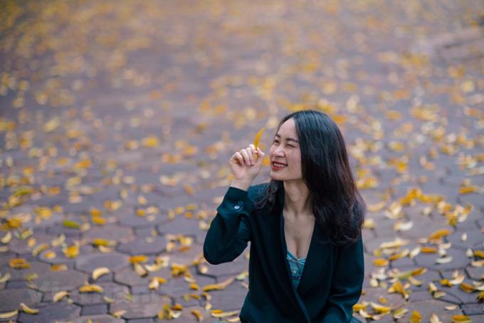 Hà Nội đẹp mơ màng trong mùa lá sấu bay