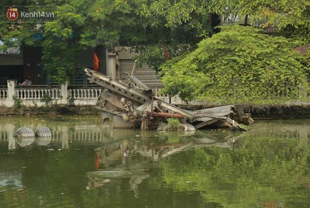 Bức ảnh được chụp vào tháng 9/2020 khi hồ Hữu Tiệp chưa bị rút cạn nước, một phần xác máy bay nổi trên mặt hồ (Ảnh: Ngọc Thắng)
