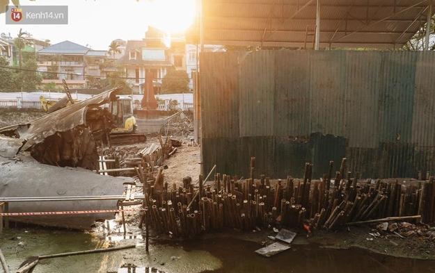 Sau khi rút nước, lòng hồ xuất hiện nhiều rác thải, vật liệu xây dựng ngổn ngang. Các đơn vị đã rà phá bom mìn, kết hợp nghiên cứu khảo sát theo phương pháp khảo cổ học để đảm bảo an toàn cho dự án