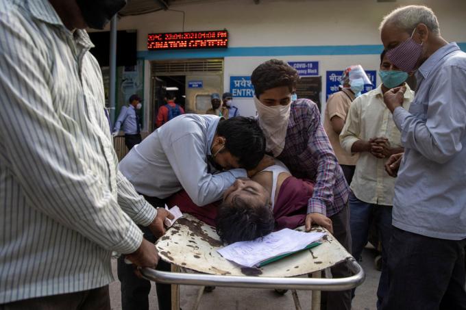Người thân của một bệnh nhân nam qua đời vì COVID-19 ở Bệnh viện Guru Teg Bahadur tại thủ đô New Delhi, ngày 23-4.
