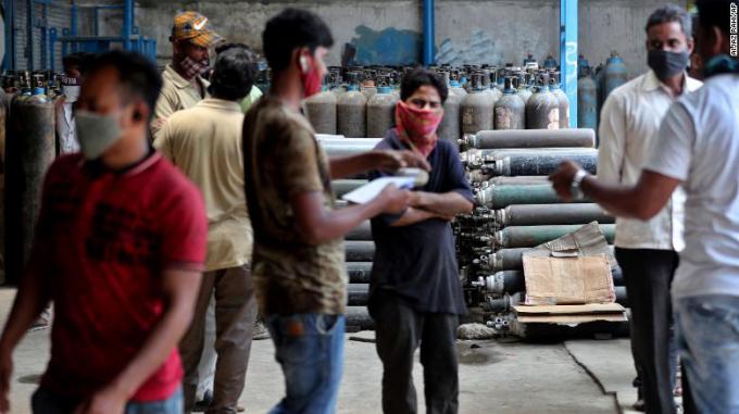 Các tài xế xe cứu thương chờ được cấp bình oxy tại Bengaluru, Ấn Độ ngày 21-4. Thiếu giường điều trị cho bệnh nhân mắc COVID-19 có biến chứng nặng, thiếu oxy cho máy thở, thiếu đội ngũ y tế... khiến tình trạng thêm trầm trọng.