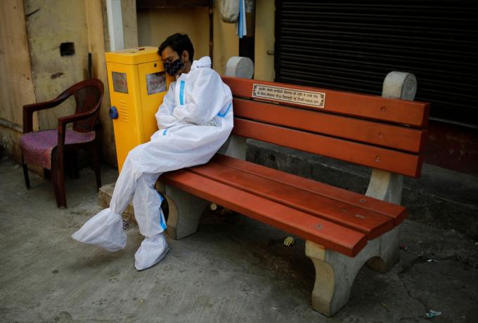 Nhân viên y tế mệt mỏi ở thủ đô New Delhi.