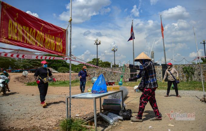 Theo Cục Hải quan Đồng tháp, Campuchia tạm dừng giải quyết cho người Việt Nam nhập cảnh từ ngày 1/4. Việt Nam cũng áp dụng biện pháp tương tự. Tất cả đường mòn, lối mở được kiểm soát chặt chẽ. Hiện tại, các cửa khẩu đều rất vắng, hàng hóa vẫn được lưu thông bình thường số lượng đã hạn chế rất nhiều.