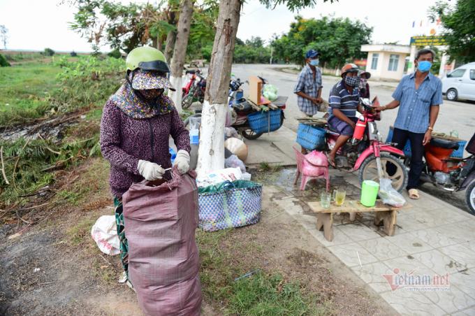 Bà Lê Thị Kim Hân (xã Thường Phước 1, Hồng Ngự, Đồng Tháp) chuẩn bị các nhu yếu phẩm: Mì tôm, khoai lan... cho người dân Campuchia. Bà Hân cho biết, từ ngày bùng dịch, buôn bán, đi lại hạn chế nên phía Campuchia khan hiếm hàng hoá hơn. Họ gọi điện cần mặt hàng nào thì bà mua gửi qua bán.