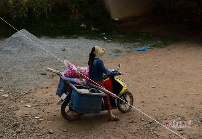 Người dân Campuchia dùng xe máy để vận chuyển đồ về.