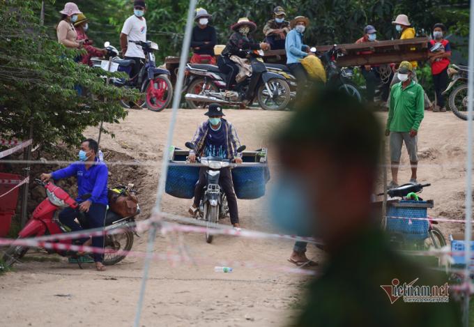 Người dân Campuchia chờ đợi lấy hàng.
