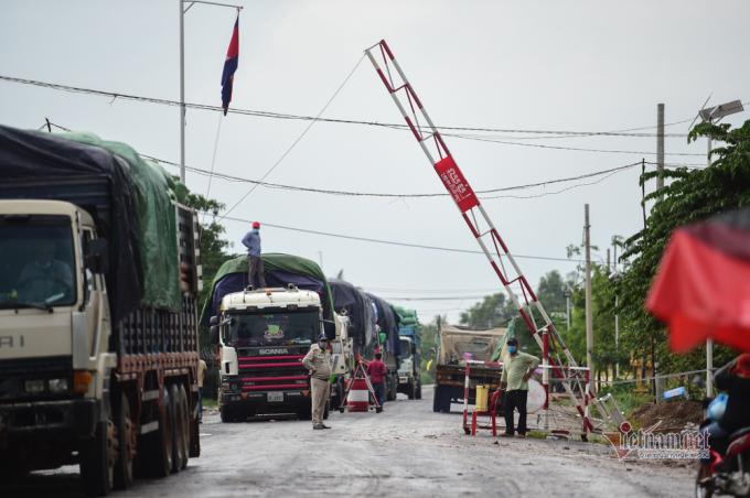 Hàng hoá từ Campuchia chờ sang Việt Nam.