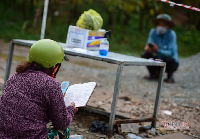 Vì sống ở vùng biên giới nên nhiều người Việt Nam và Campuchia có thể nói chuyện với nhau bằng 2 thứ tiếng.