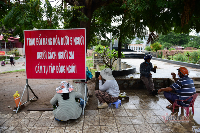 Cảnh trao đổi hàng hoá phòng dịch bệnh ở vùng biên