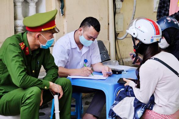 Quận Hoàn Kiếm phạt 134 người không đeo khẩu trang hơn 300 triệu đồng