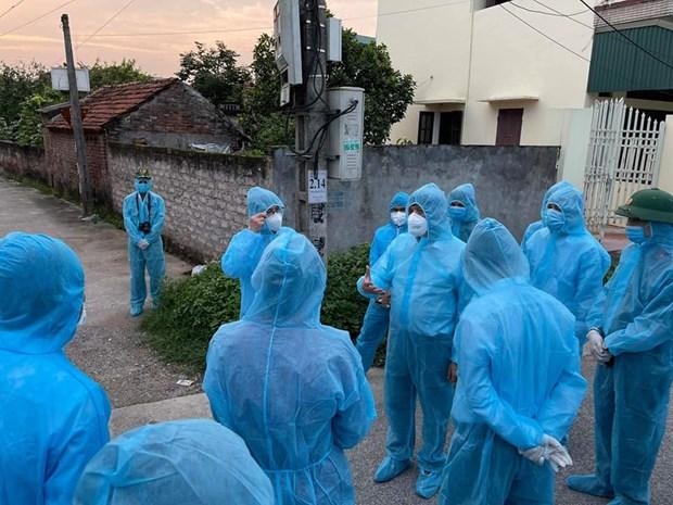 Đoàn công tác của Bộ Y tế đi kiểm tra, chỉ đạo công tác phòng, chống dịch tại nơi bệnh nhân cư trú, thôn Quan Nhân, xã Nhân Đạo, huyện Lý Nhân, Hà Nam chiều tối 29/4/2021. (Ảnh: PV/Vietnam+).