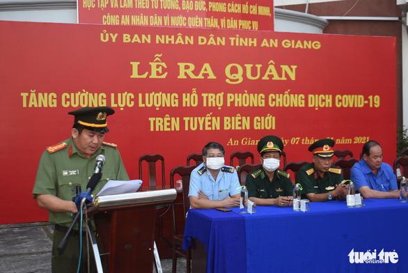 Đại tá Đinh Văn Nơi phát biểu tại lễ đưa quân lên biên giới phòng chống dịch COVID-19 hồi đầu năm 2021 - Ảnh: BỬU ĐẤU