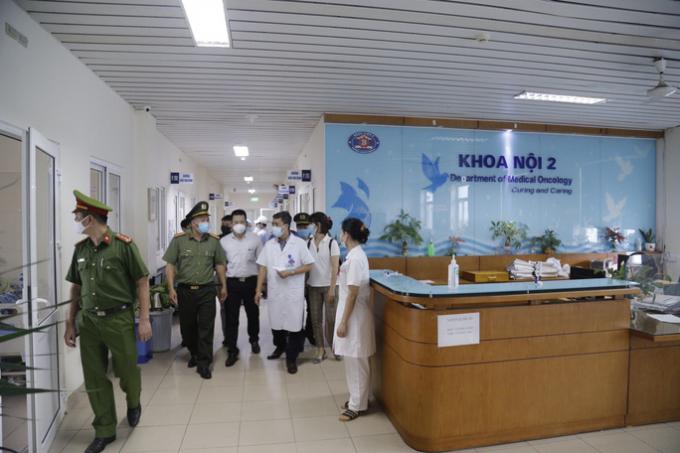 Kiểm tra việc thực hiện các quy định phòng chống dịch Covid-19 tại Bệnh viện K - Ảnh: Trần Hà