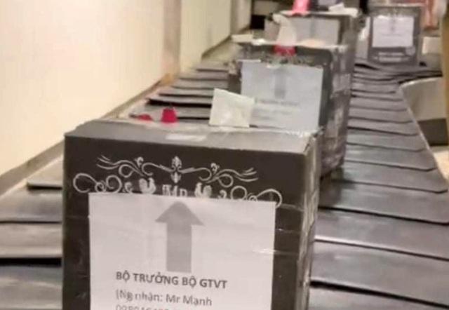 Những kiện hàng trên băng chuyền sân bay Tân Sơn Nhất ghi tên
