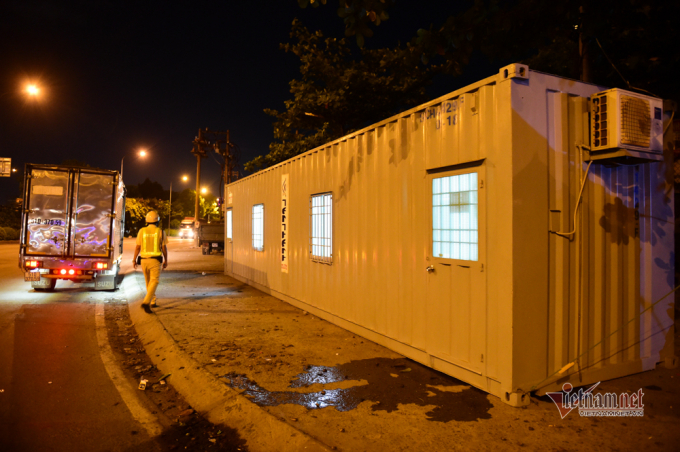 Những căn phòng container, lều dã chiến để các chiến sĩ, nhân viên y tế, quân đội nghỉ ngơi trong thời gian kiểm soát dịch tại chốt trên quốc lộ 1A, TP Thủ Đức