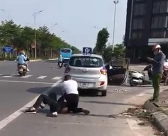 Đứng nhìn tài xế taxi bị thương vật lộn với tên cướp, Đại uý công an nhận án phạt ra sao?
