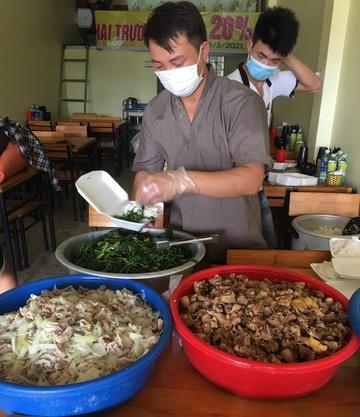 Anh Nguyễn Văn Tự (áo xám