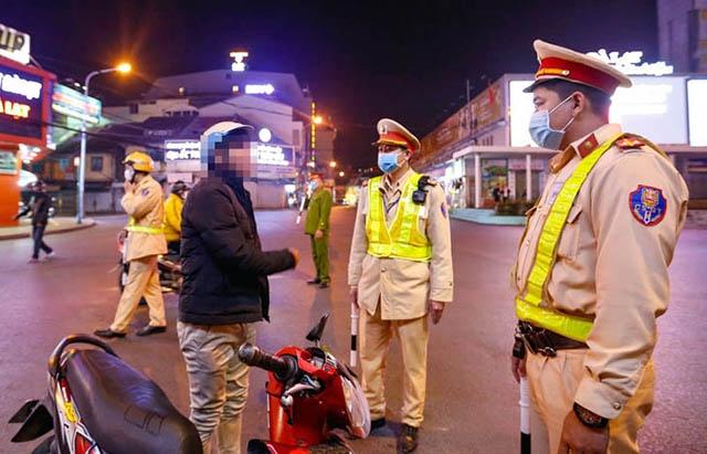 CSGT có quyền xử phạt các trường hợp không đeo khẩu trang ra đường không?