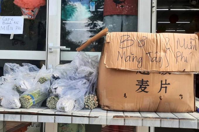 Người dân trong khu phong tỏa san sẻ thực phẩm cho nhau. Ảnh: Nguyễn Nhường, Trang Anh.