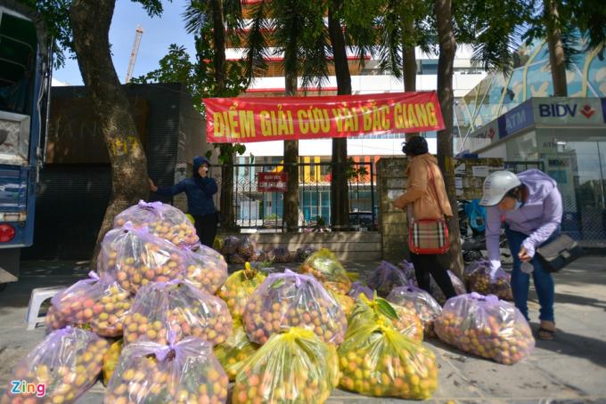 Những ngày qua, việc tiêu thụ vải thiều Bắc Giang gặp nhiều khó khăn. Do đó một số điểm giải cứu vải thiều Bắc Giang bắt đầu xuất hiện ở Hà Nội.