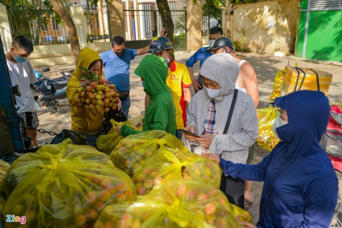 Các điểm giải cứu vải thiều được chị Thủy tổ chức gồm số 86 Vũ Trọng Phụng, số 10 Nguyễn Trãi (Đại học Kiến Trúc), 75 Đại Cồ Việt… Tất cả đều thu hút đông khách hàng đến ủng hộ.