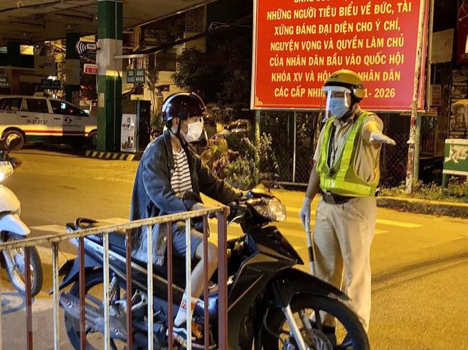 Lực lượng cảnh sát giao thông yêu cầu người dân dừng xe khai báo y tế trên đường Lê Quang Định (phường 1, quận Gò Vấp, Thành phố Hồ Chí Minh). (Ảnh: Hồng Giang/TTXVN)