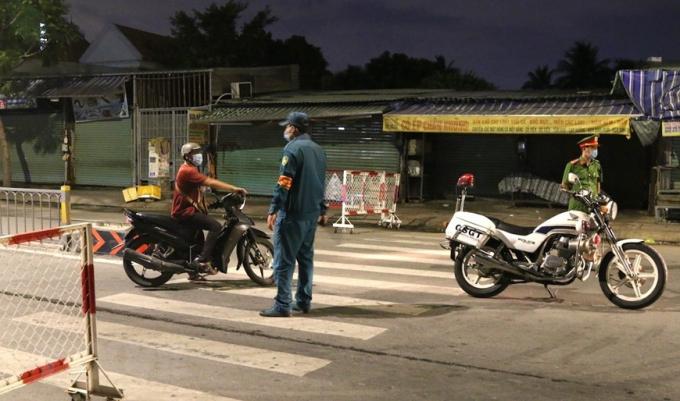 Lực lượng chức năng lập chốt kiểm soát lưu thông tại khu vực cầu Trường Đai giữa phường Thới An, quận 12 với phường 13, quận Gò Vấp. (Ảnh: Xuân Tình/TTXVN)