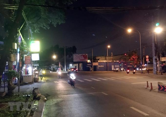 Ngã ba Tân Sơn-Quang Trung, nơi cửa ngõ kết nối quận Tân Bình với trung tâm quận Gò Vấp khá ít phương tiện lưu thông trước thời điểm Gò Vấp thực hiện giãn cách xã hội theo Chỉ thị 16.(Ảnh: Tiến Lực/TTXVN)