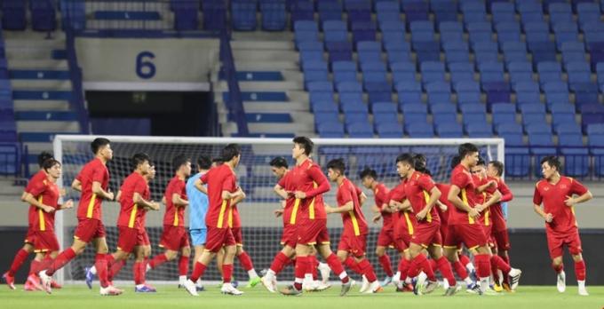 Đội tuyển Việt Nam khởi động trên sân Al Maktoum. (Ảnh: Hoàng Linh/TTXVN)