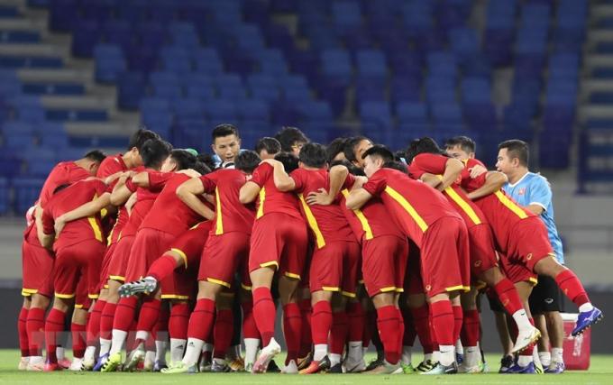 Đội tuyển Việt Nam chụm tay hô quyết tâm trước buổi tập. (Ảnh: Hoàng Linh/TTXVN)